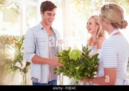 Blumengeschäft paar im Blumenladen Blumenstrauss vorbereiten - Stockfoto