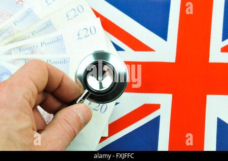 Britische Pfund-Konzept mit Währung, Stethoskop und britische Flagge - Stockfoto