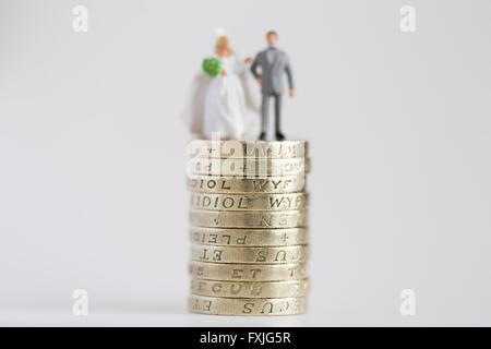 Nahaufnahme / Makro Modell Stockfoto Darstellung verheiratet, Mann und Frau auf £1 Pfund Münze Stapel - Stockfoto