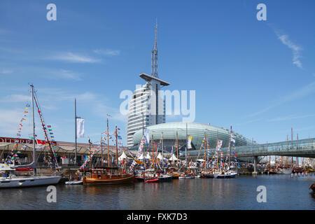 Segelboote mit bunten Fahnen, Klimahaus und Atlantic Sail City Hotel in den Rücken, Sail 2015 Festival, Bremerhaven, - Stockfoto