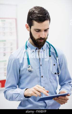 Arzt mit digitalen Tablet - Stockfoto
