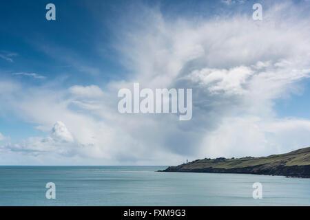Ein Blick auf Start- und Start Point Lighthouse auf der South Devon Coast UK mit großen Cumulo Nimbus Wolke - Stockfoto