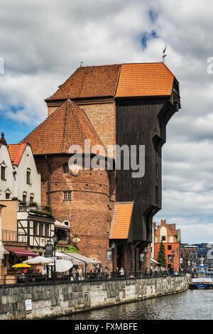 Blick auf die Mottlau an der langen Brücke (Dlugie Pobrzeze) und dem alten Kran Tor, Danzig, Pommern, Polen, Europa - Stockfoto