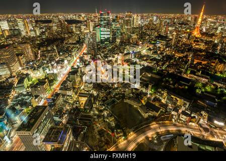 Tokyo Tower und Hochhäuser in der Nacht in Tokyo, Japan - Stockfoto