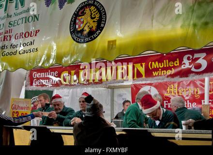 Weihnachtsmarkt in Lincoln, Lincolnshire, England, ein Messestand aus Neustadt, Deutschland, Verkauf von heißen - Stockfoto