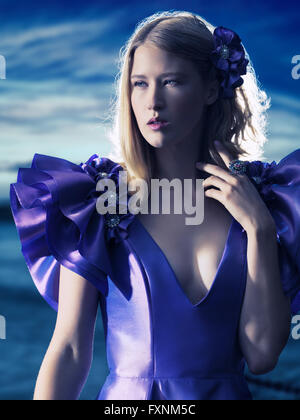 Junge Frau trägt ein Abendkleid, im Freien, Mode portrait - Stockfoto