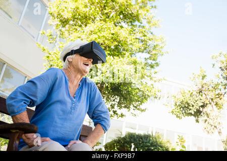 Ältere Frau, die auf der Suche in 3D Brille - Stockfoto
