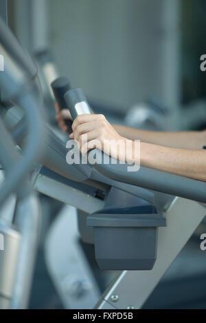 Frau mit Heimtrainer im Fitness-Club, beschnitten - Stockfoto