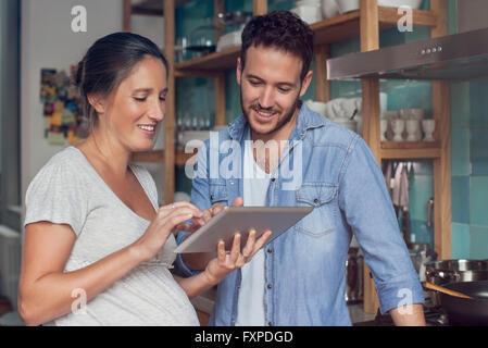 Digital-Tablette zusammen mit paar - Stockfoto