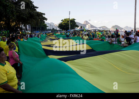 Rio De Janeiro, Brasilien, 17. April 2016: Tausende Demonstranten protestieren zu Gunsten der Amtsenthebung von - Stockfoto