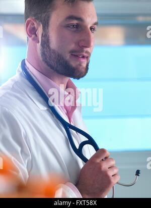 Porträt des jungen männlichen junior Arzt in Klinik - Stockfoto
