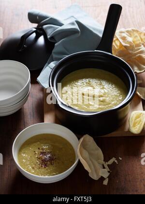 Vogelperspektive Blick auf Curry-Pastinaken-Suppe mit papadums - Stockfoto