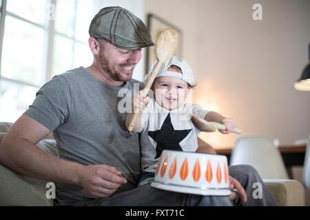Baby Junge Väter Runde Schlagzeug am Kopf Topf - Stockfoto