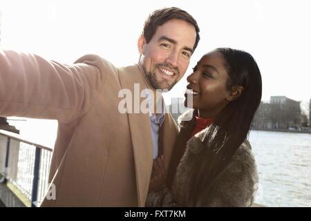Paar stand neben Fluss, Selbstporträt - Stockfoto