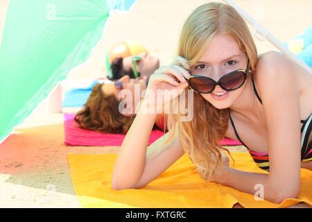 Mädchen unter Dach - Stockfoto