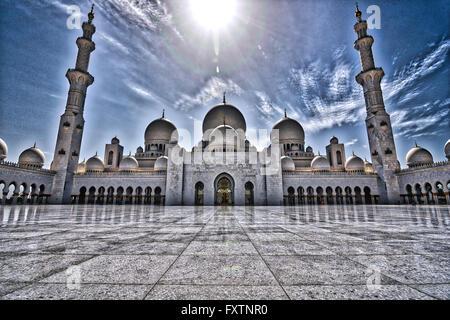 HDR-Blick auf den zentralen Bereich der Scheich-Zayid-Moschee in Abu Dhabi - Stockfoto