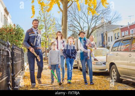 Familie zu Fuß entlang der Straße zusammen - Stockfoto