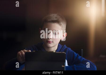 Junge mit drahtlose digitale Tablet zu Hause - Stockfoto