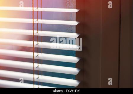 Sonnenlicht, das durch Jalousien am Fenster - Stockfoto