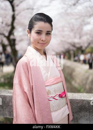 Japanische Frau im Kimono auf den Philosophenweg Ginkaku-Ji-Tempel, Kyoto, Japan während der Kirschblüte - Stockfoto