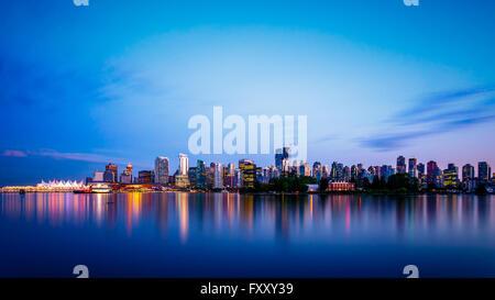 Skyline von Vancouver in der Abenddämmerung von Stanley Park, Britisch-Kolumbien, Kanada - Stockfoto
