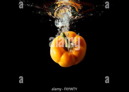 Gelbe Paprika bulgarischen fällt ins Wasser - Stockfoto