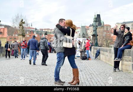 Prag, Tschechische Republik. Junge Paar küssen auf der Karlsbrücke / Karluv die meisten - Stockfoto