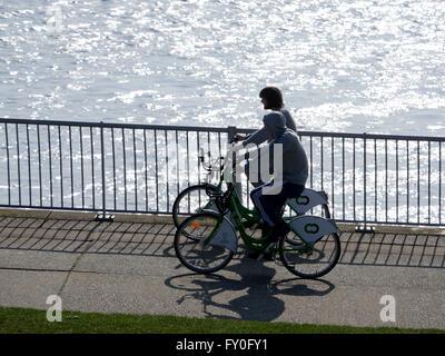Radfahren auf einem Citybike. LiverpoolÕs bietet Citybike Zyklus Verleih Fahrradverleih von mehr als 140 Stationen - Stockfoto