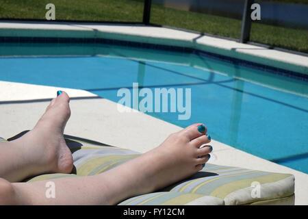 Füße einer reifen Frau mit Nagellack auf ihren Zehen, die Schwimmbad-Farbe übereinstimmen. April 2016 - Stockfoto