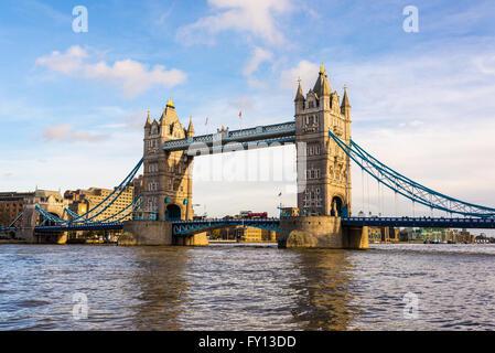 Blick auf die berühmte London Tower Bridge an einem sonnigen Tag - Stockfoto