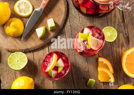 Hausgemachte fruchtige spanische rote Sangria mit Äpfel und Zitrusfrüchte - Stockfoto
