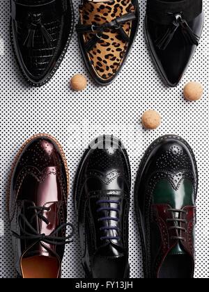 Erhöhte Ansicht verschiedene formale Schuhe auf Metall Rost - Stockfoto