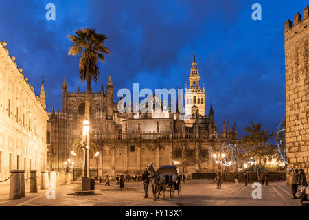 sevilla andalusien spanien kathedrale und giralda turm d mmerung stockfoto bild 17626873. Black Bedroom Furniture Sets. Home Design Ideas