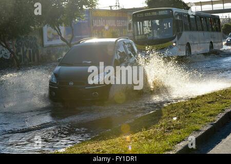 Rio De Janeiro, Brasilien. 20. April 2016. Wasserleck verlässt Radial Avenue West, im Norden der Stadt, abgefangen, - Stockfoto