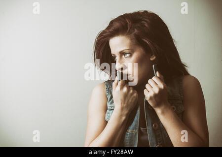 Angst junge Frau wegschauen - Stockfoto