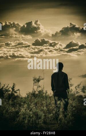 Mann zu Fuß in die Landschaft - Stockfoto