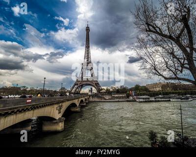 Eiffelturm mit Pont d'Iéna und dem Fluss Seine, Paris, Frankreich - Stockfoto