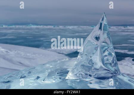 Schöne transparente Eisblock. - Stockfoto
