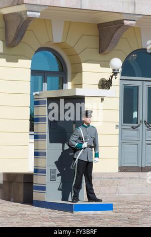 Wachablösung vor dem Präsidenten Platz in Helsinki Finnland - Stockfoto