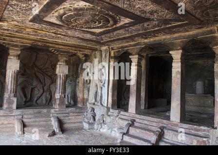 Innenansicht der Ravanaphadi Fels gehauenen Tempel, Aihole, Bagalkot, Karnataka, Indien. Exquisit geschnitzten Decke - Stockfoto