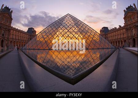 Louvre-Pyramide bei Sonnenuntergang, Paris, Frankreich-Pyramide du Louvre au Coucher de Soleil, Paris, Frankreich - Stockfoto