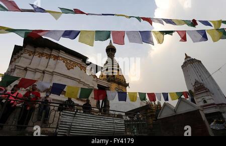 Kathmandu, Nepal. 20. April 2016. Besucher genießen die Talblick von der World Heritage Site Swayambhunath Stupa - Stockfoto
