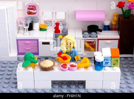 lego k che mit frau und m dchen minifiguren frau ist das dessert kochen benutzerdefinierten. Black Bedroom Furniture Sets. Home Design Ideas