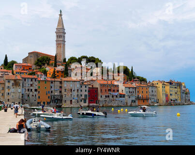 Europa Kroatien Istrien Stadt Rovinj Port Hafen historische Kirche - Stockfoto