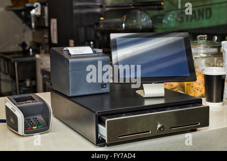 Kasse, mobile Drucker, POS-Terminal und Tablet-PC an eine Theke in der Cafeteria bietet innovative und effiziente - Stockfoto