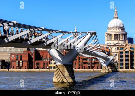 London, England - 20. April 2017 - St-Paul-Kathedrale und die Millennium Bridge mit Touristen und Einheimischen - Stockfoto
