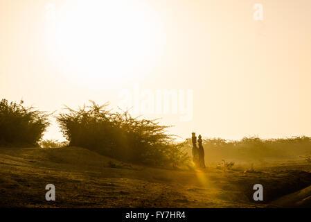 Frauen sammeln Wasser in den frühen Morgenstunden im Dorf Chandelao, Rajasthan - Stockfoto