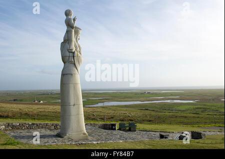 """Die Statue des """"Our Lady of The Isles"""" von Hew Lorimer auf der Seite Rueval in South Uist, äußeren Hebriden, Schottland"""