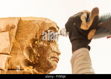 Holzschnitzer in Werkstatt arbeiten an Skulptur mit Fräsmaschine - Stockfoto