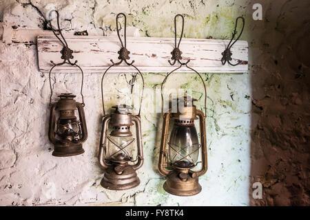Alte Vintage Sturm Lampen Auf Bemalten Steinwand   Stockfoto